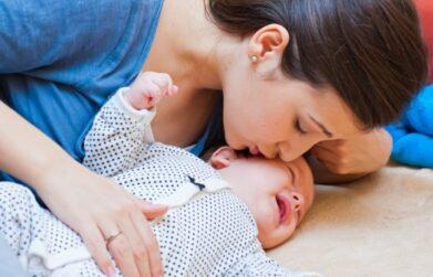 Mutter küsst Baby