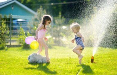 Wasserspiele mit Kind