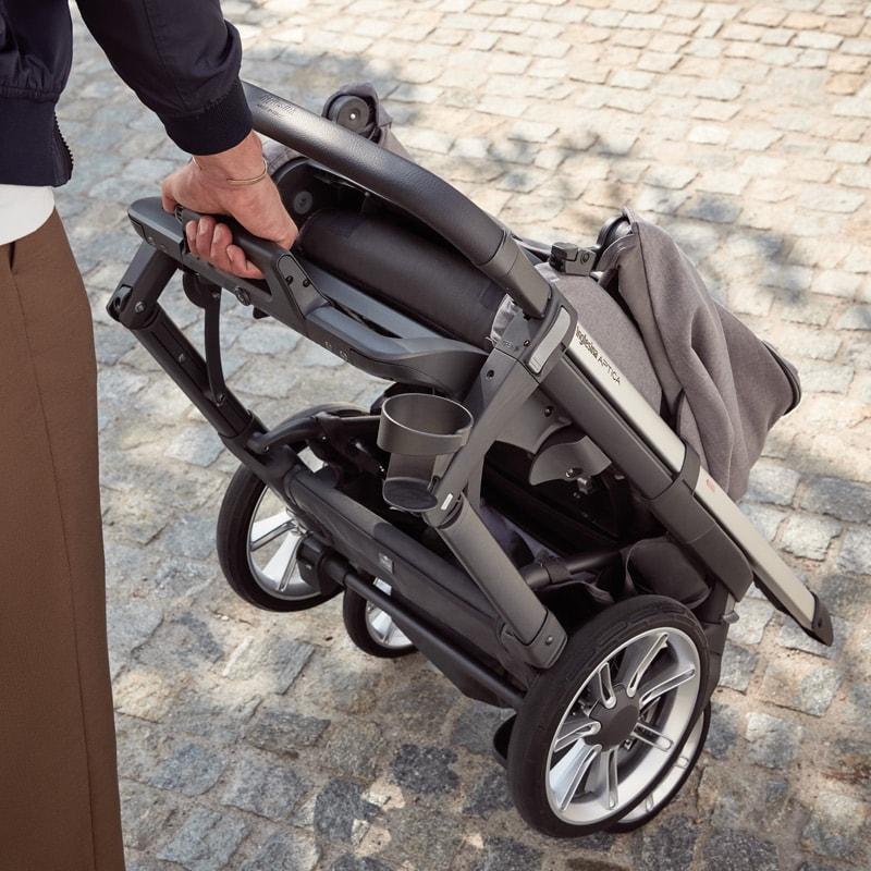 Inglesina Aptica Kinderwagen Babywanne: Inglesina Aptica: Gestell lässt sich im Handumdrehen mit Sitz zusammenfalten